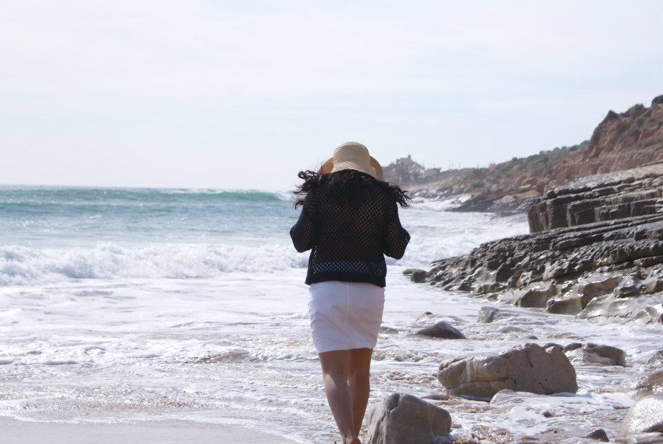 Nora Bahir sur une plage marocaine