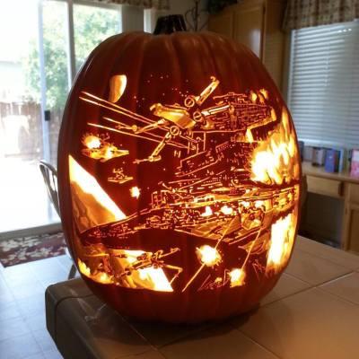 L'image représente une citrouille d'Halloween décorée avec des éléments de Star wars : un x-wing et l'une des villes emblématique de la saga