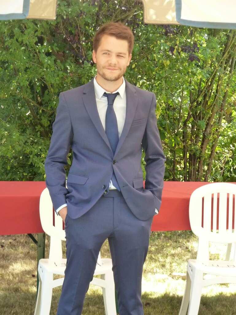 Antoine Jourdon en costume bleu