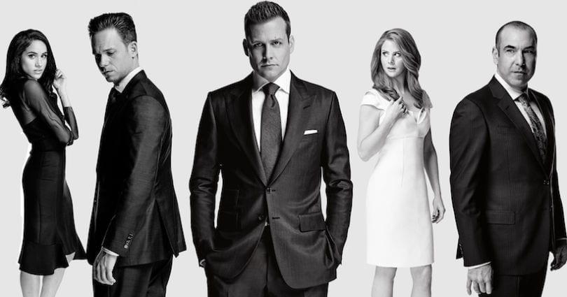 Photo officielle des personnages principaux de Suits, avocats sur mesure
