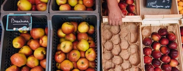 cageots de pommes sur un marché