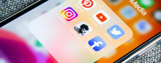 Ecran d'iPhone - dossier Social media - icônes Pinterest, Youtube, Twitter, Instagram, ClubHouse, Facebook