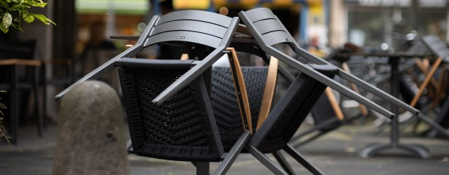 Chaises retournées sur une table sur une terrasse fermée