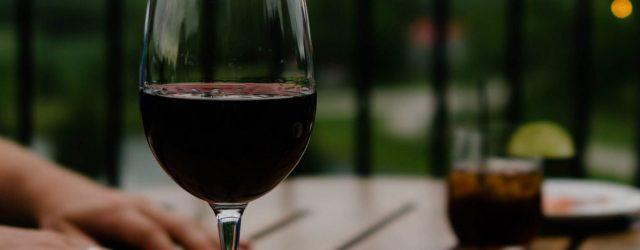 Verre de vin sur une table en terrasse
