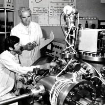 М. Находкін та Ю. Кринько в лабораторії електронної спектроскопії, 80-ті роки