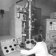 Л. Софієнко за електронним мікроскопом, 70-ті роки