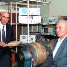 М. Ляшенко та Л. Чевнюк, лабораторія радіоспектроскопії, квітень 2002 р.