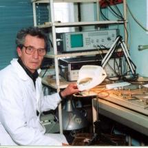 В. Романюк, лабораторія спектроскопії феритових плівок, квітень 2002 р.