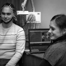 Студенти на лабораторних роботах знайомляться з енцефалографом