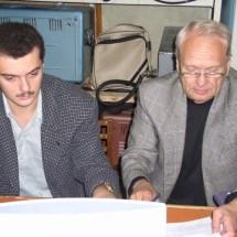 В. Данилов та магістр Д. Макаров проводять обчислювання на ЕОМ, 2004 р.