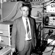 П. Мельник в лабораторії електронної спектроскопії, 80-ті роки