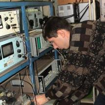 В. Козак в лабораторії функціональної магнітної електроніки, 2002 р.