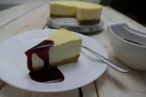 New York Cheesecake mit Heidelbeersauce