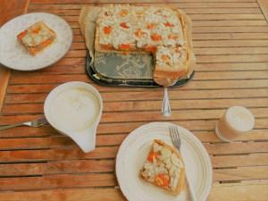 Kaffeetafel mit Aprikosenkuchen