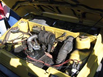 Silnik przeniesiony do przodu pojazdu.