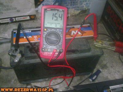 akumulator w końcowym stadium regeneracji, gdy gęstość elektrolitu jest już prawie właściwa, posiada wyższe napięcie....