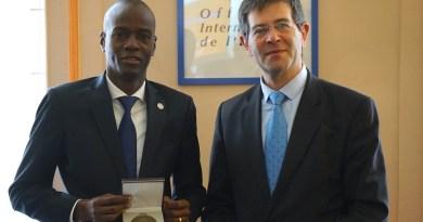 Jovenel Moise reçoit une médaille de l'Office International de l'Eau à Paris