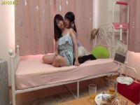 黒髪の清純系女子大生がイチャつきながら下着姿でレズプレイする女性用無料動画