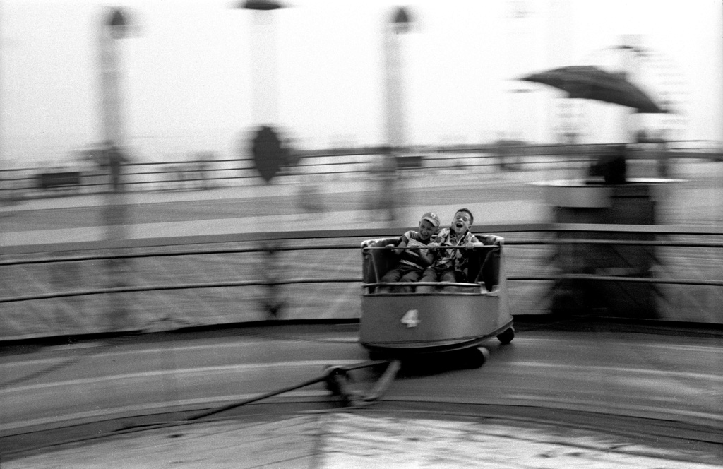Kids Riding the Whip © Harold Feinstein