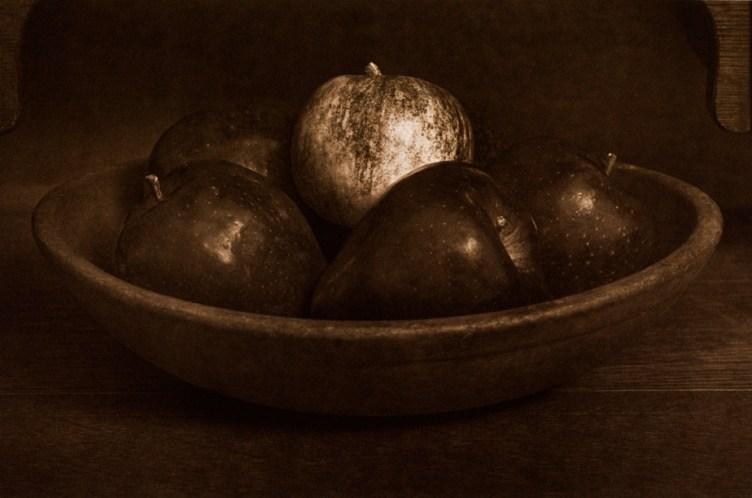 Hetta's Bowl With Apples © Mark Nelson, Gravure