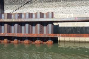 Arbeiten im Düsseldorfer Hafen - Bereits fertig gestellte Spundwand