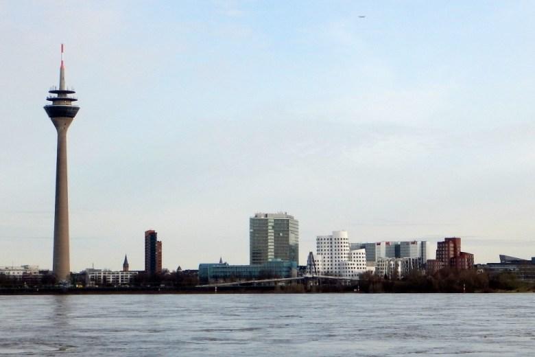 Marina Düsseldorf - Rheinturm und Gehry Bauten