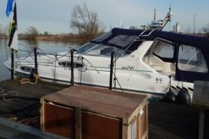 Betti, Sealine 300, an der Boottankstelle im Neusser Hafen