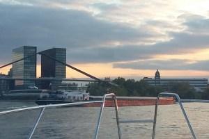 Binnenschiff Höhe Hafeneinfahrt Düsseldorf