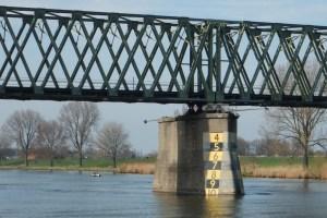 Durchfahrtshöhe am Brückenpfeiler ablesbar, Radarreflektor an der Metallstange