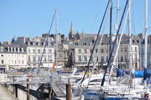 Vannes, die Hauptstadt des Départements Morbihan - Marina Vannes und Kathedrale Saint Pierre im Hintergrund