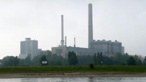 Das Kraftwerk Lausward bei Rheinkilometer 741