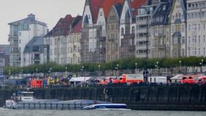 Bergfahrer Ursel mit blauer Tafel vor Düsseldorf