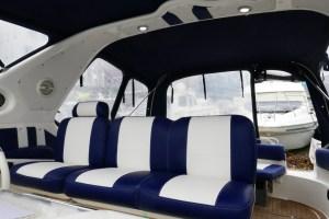 Motoryacht Betti hat zu Weihnachten neue Cockpit Polster bekommen - Cockpitsitzplätze Steuerstand