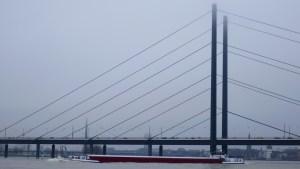 Binnenschiff Surcouf in Bergfahrt vor der Rheinkniebrücke