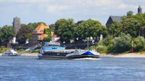 Binnenmotorschiff Mainland bei Kaiserswerth - blaue Tafel, Bergfahrt