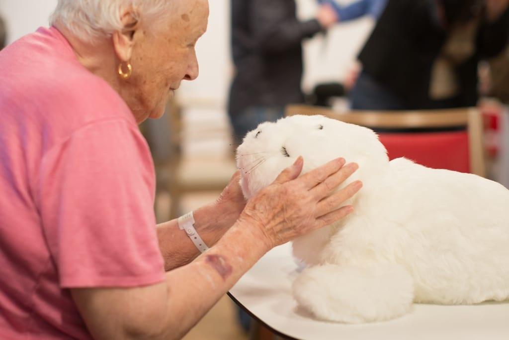 Une patiente communique avec le robot émotionnel Paro.