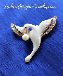 039102394e7 White Dove Pin Brooch Pearl Crystal Emerald Rhinestone Vintage Bird ...