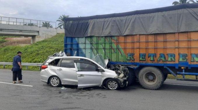 Mobilio tabrak truk di tol Pekanbaru-Dumai