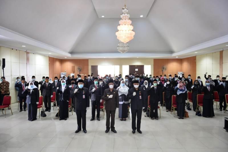 Gubernur Riau Syamsuar saat berfoto dengan para Kepsek