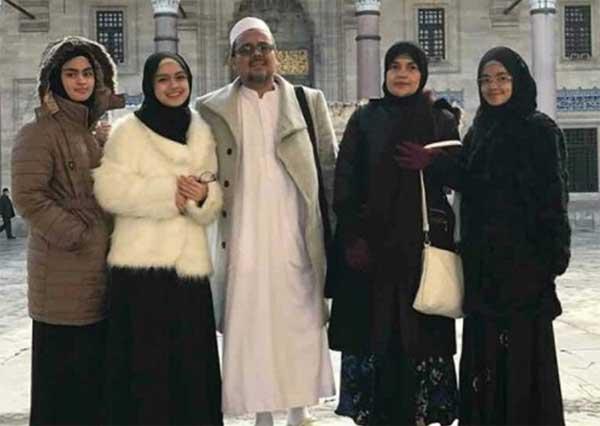 Habib Rizieq Shihab bersama istri dan anak-anaknya.
