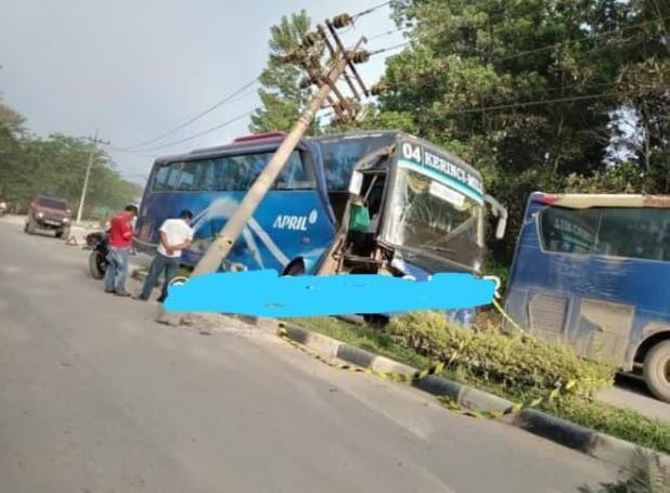 Bus PT April tabrak tiang listrik di Pangkalan Kerinci