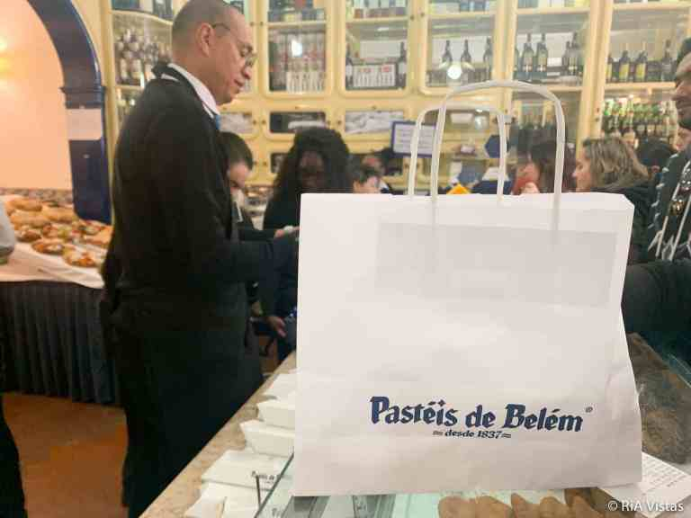 Picking up custard tarts at Pasties de Belém Lisbon_RiA Vistas