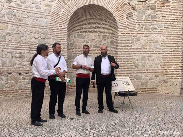 A capella singers in the vestibule_RiA Vistas