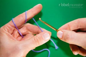 Learn to crochet - Tutorial - Hold Crochet Hook and Yarn - Preparation