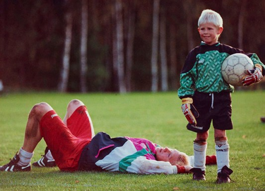 peter schmeichel, fodbold-målmand - dk's landshold/manchester u. her sammen med sønnen casper ved forberedelserne til vm-opgøret mod irland okt. 92