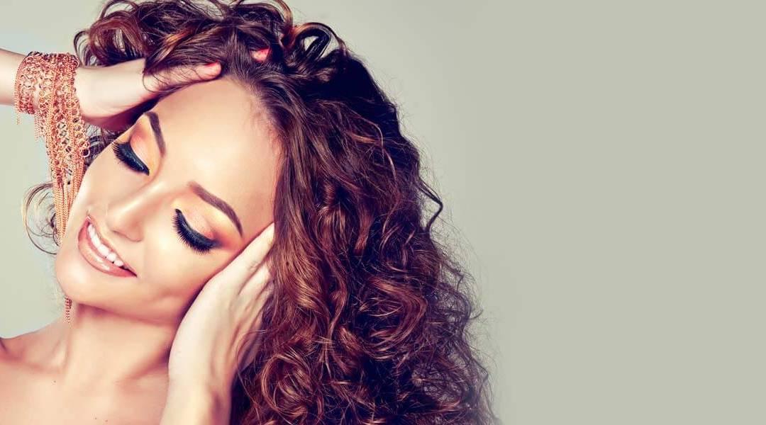 Come curare i capelli ricci? Dalla fase pre-shampoo all'asciugatura