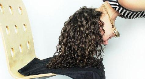 Il plopping per asciugare i capelli ricci - Ricciomatto
