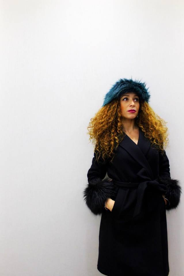 Capelli ricci e cappelli: come portarli d'inverno?