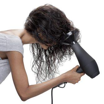 Come asciugare i capelli ricci con il phon? Ricciomatto