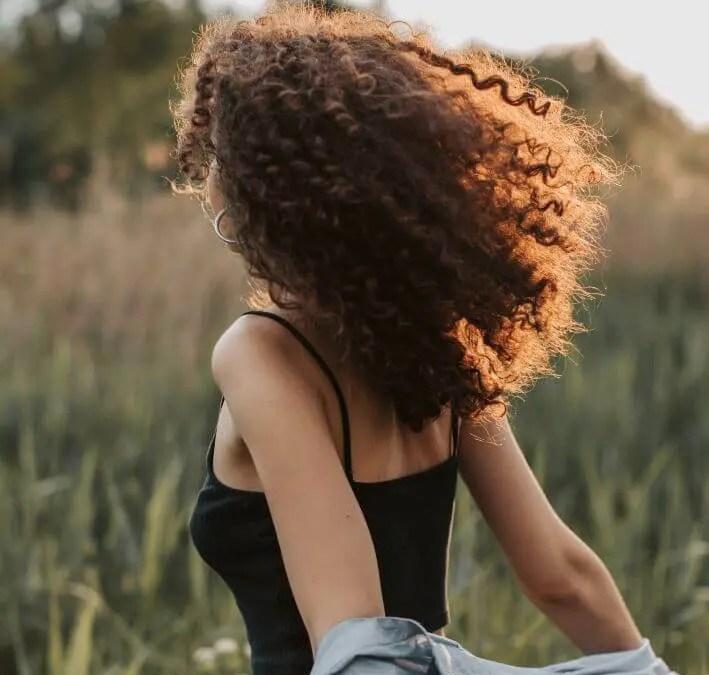 Come idratare i capelli ricci in fase di styling? Il metodo LOC per ricci definiti